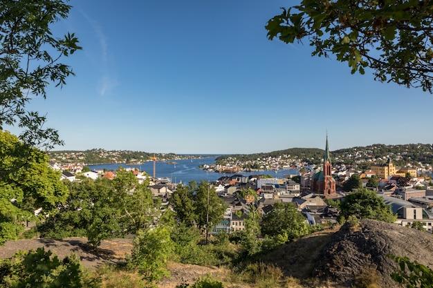 Arendal stadt, aus der höhe gesehen, an einem sonnigen tag. arendal ist eine kleine stadt im süden norwegens