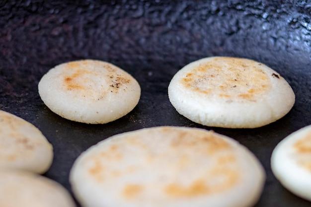 Arepas in der pfanne kochen
