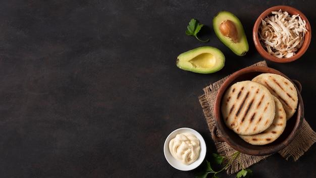 Arepas und avocado rahmen flach liegen
