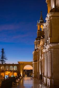 Arequipa, peru: hauptplatz und kathedrale in der abenddämmerung