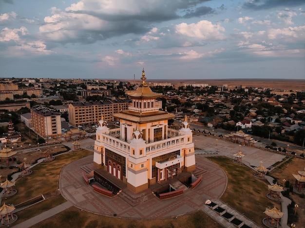 Arerial view buddhistischer komplex goldene wohnstätte