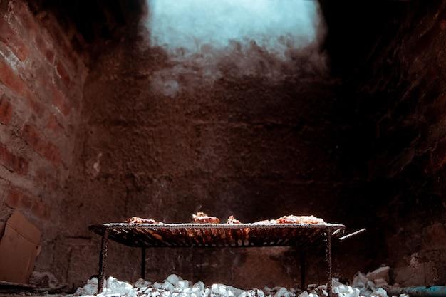 Argentinischer barbecue gegrillter rinderrippenstreifen
