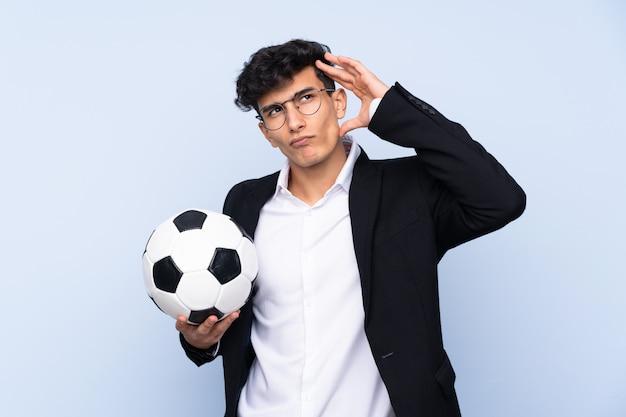 Argentinischer fußballtrainer mit zweifeln und verwirrtem gesichtsausdruck