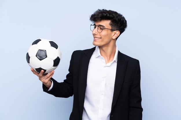 Argentinischer fußballtrainer über lokalisierter blauer wand mit glücklichem ausdruck