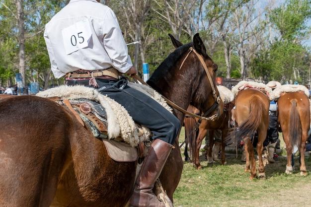 Argentinischer gaucho in kreolischen geschicklichkeitsspielen in patagonien argentinien.