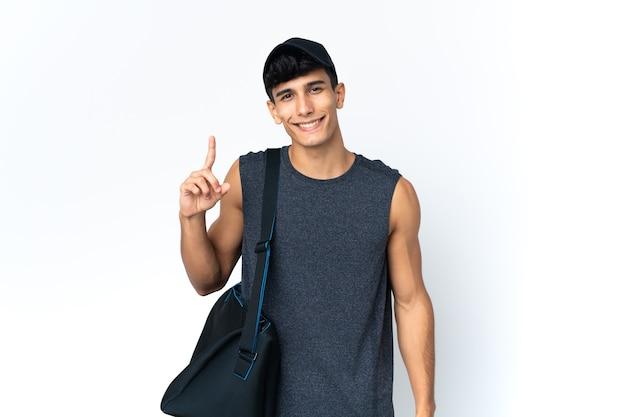 Argentinischer mann des jungen sports mit sport, der einen finger im zeichen des besten zeigt und hebt