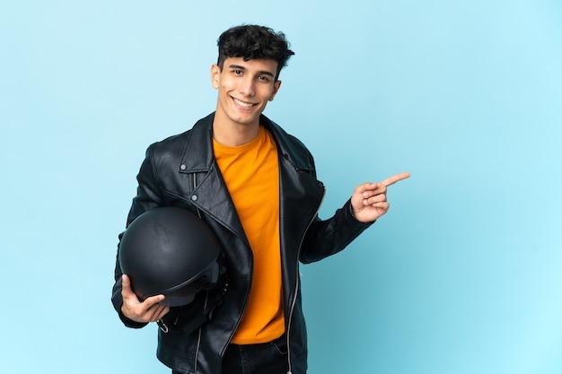 Argentinischer mann mit einem motorradhelm, der finger zur seite zeigt