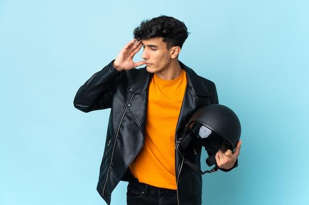 Argentinischer mann mit einem motorradhelm mit kopfschmerzen