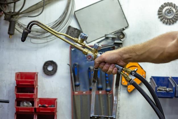 Argon-lichtbogenschweißen, inertgas-schutzlichtbogenschweißen in einer werkstatt.