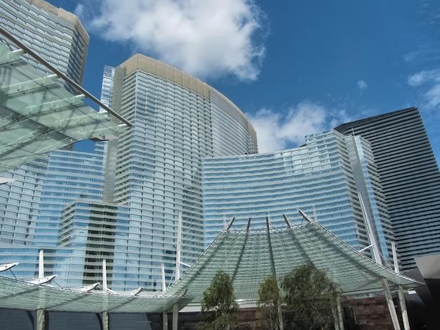 Aria hotel las vegas im frühjahr gegen den blauen himmel