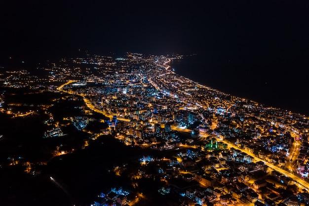 Arial view nachtstadt beleuchtet stadt der türkei