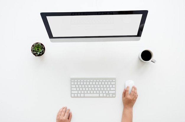 Ariel-ansicht der verwendung eines desktop-computers