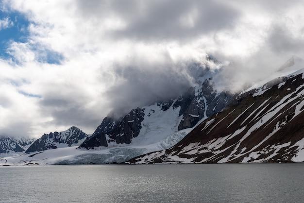 Arktische landschaft in spitzbergen mit gletscher