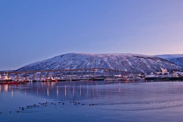 Arktische stadt tromso mit brücke