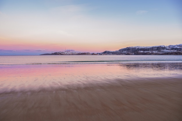 Arktischer strand in teriberka. wunderbare arktische sonnenuntergangslandschaft auf der barentssee.