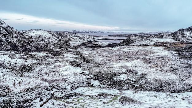Arktischer winterpanoramablick auf das schneebedeckte tal und die hügel auf der kola-halbinsel. wilde natur, schwer erreichbarer ort.