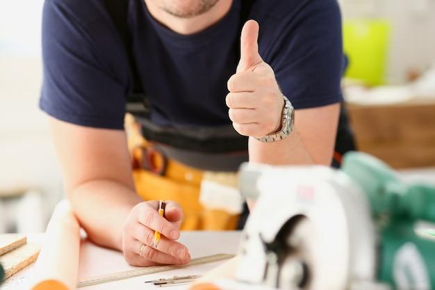 Arm des arbeiters zeigen zeichen mit daumen nach oben bestätigen