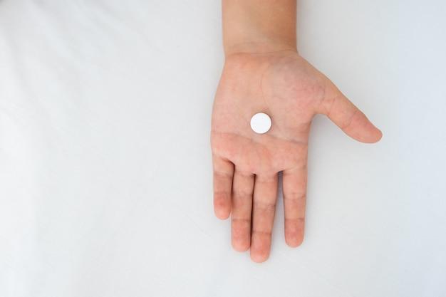 Arm des kleinkindjungen mit einer tablette