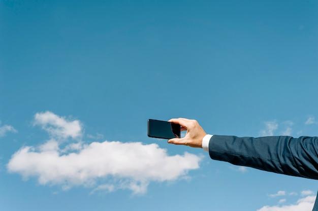 Arm mann macht selfie