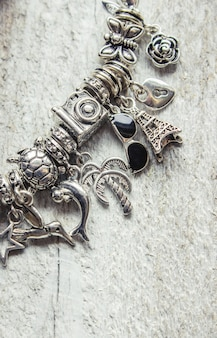 Armband mit charms. selektiver fokus. schönheit und mode.