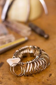 Armband mit ringen gefüllt