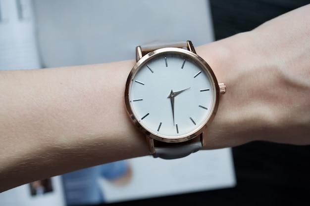 Armbanduhr am weiblichen handgelenk. nahansicht