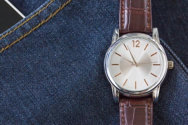 Armbanduhr auf jeans tasche