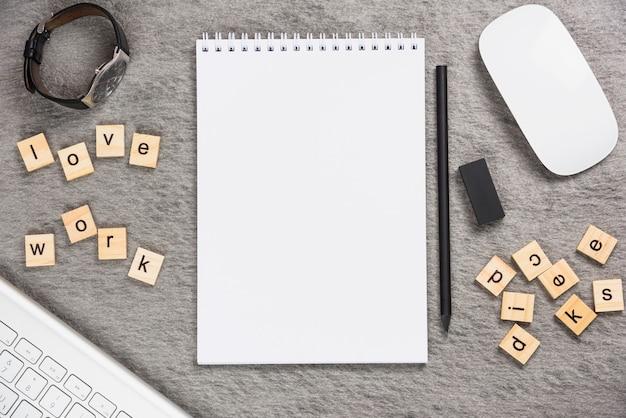 Armbanduhr; liebe arbeit schreibtischblöcke mit bürobedarf auf grauem hintergrund
