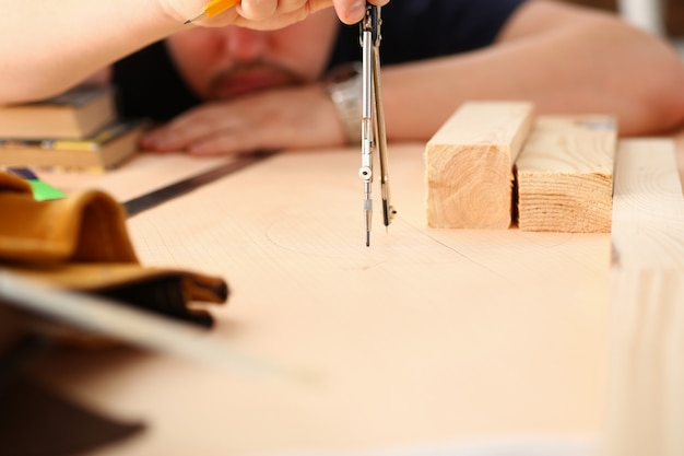 Arme des arbeiters, der strukturplan auf skaliertem papier erstellt