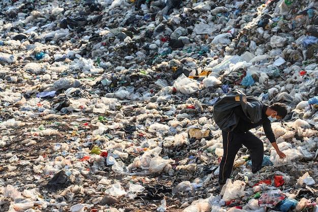 Arme menschen sammeln müll zum verkauf menschen, die in müllhaufen leben, um recycelbaren abfall zu sammeln, der an den weltumwelttag des armutskonzepts verkauft werden soll