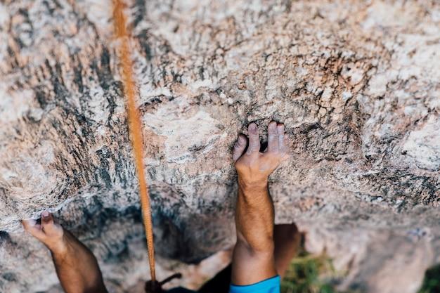 Arme und seil des bergsteigers