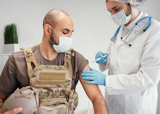 Armeemann wird geimpft