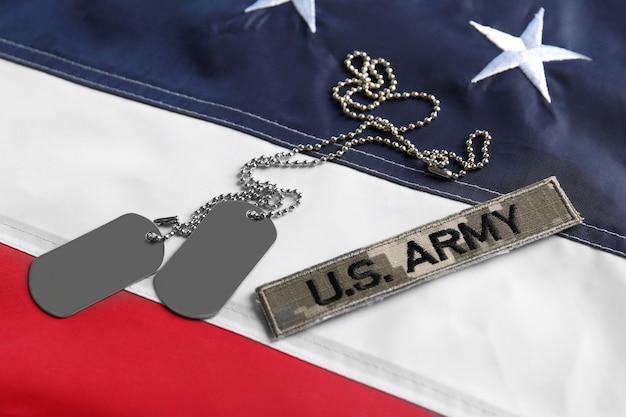Armeemarken und aufnäher auf der amerikanischen nationalflagge