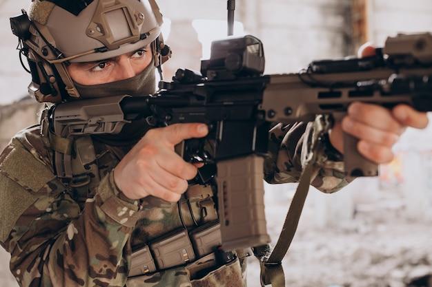 Armeesoldaten, die mit waffen kämpfen und ihr land verteidigen