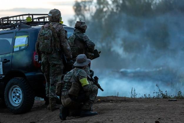 Armeesoldaten während der militäroperation. kriegs-, armee-, technologie- und menschenkonzept