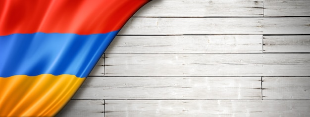 Armenien flagge auf alter weißer wand. horizontales panorama-banner.