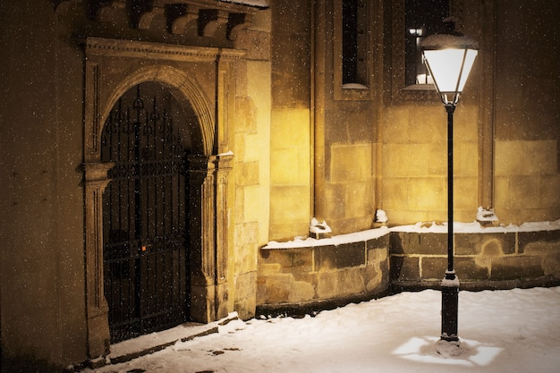 Armenische kathedrale in lemberg im winter und in der nacht