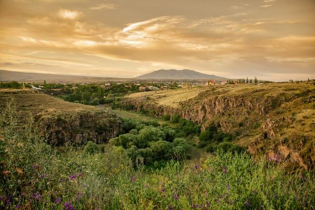 Armenische landschaft mit berg ara, armenischen felsen und schluchten während des sonnenuntergangs