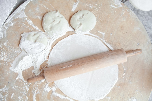 Armenischer brotteig mit nudelholz auf tisch gesundes essen
