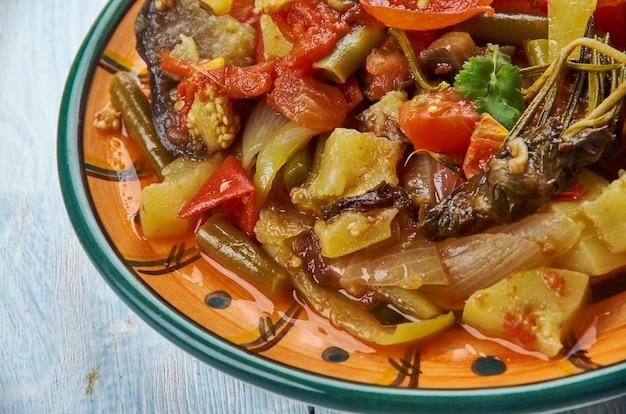 Armenischer gemüseeintopf, reparieren sie eintopf mit zucchini, auberginen und bohnen.