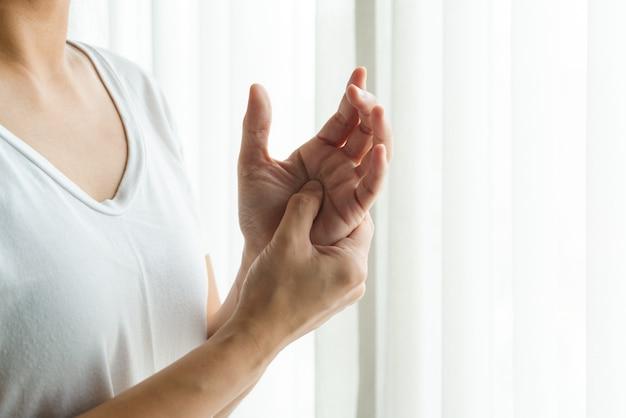 Armschmerzen im handgelenk der frau. bürosyndrom-gesundheits- und medizinkonzept