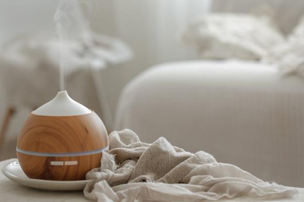 Aroma-diffusor-luftbefeuchter für ätherische öle, der wasserartikel in der luft verteilt.