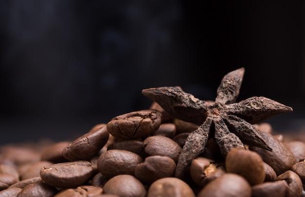 Aroma geröstete kaffeebohnen und sternanis mit rauch im dunkeln
