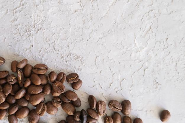 Aroma-rahmen für text aus kaffeebohnen