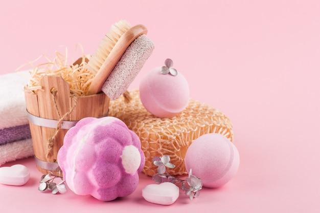 Aromabadebombe auf rosa wand