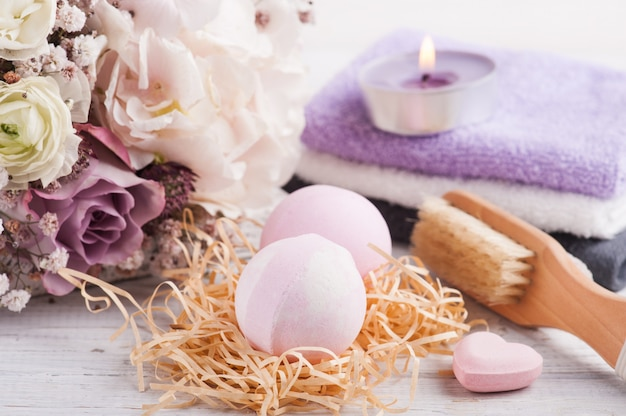 Aromabadebomben mit rosa lila bouquet