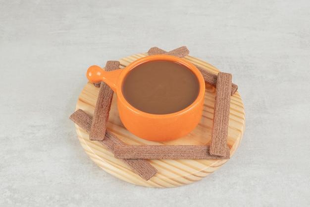 Aromakaffee und kakaokekse auf holzteller.