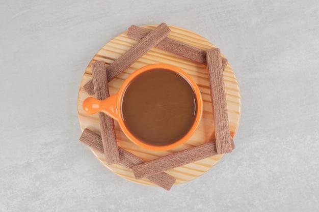 Aromakaffee und kakaokekse auf holzteller