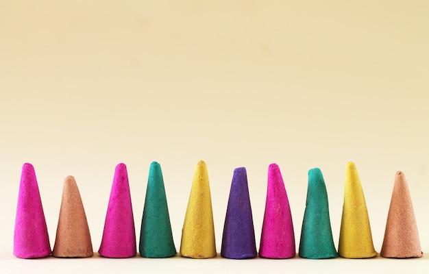Aromakegelform aroma-räucherstäbchen in nahaufnahme mit kopierraum