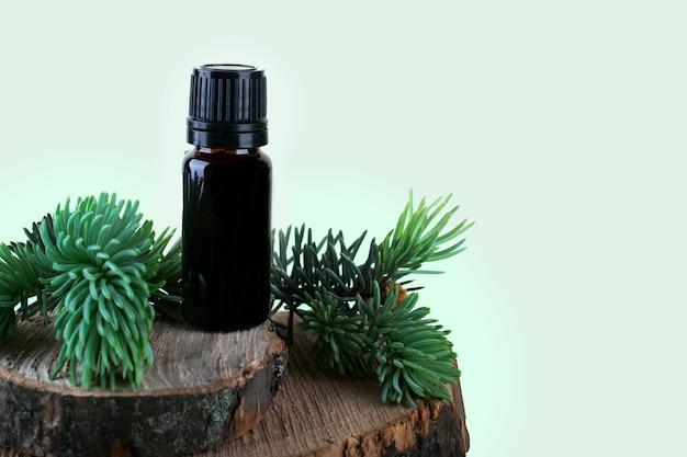 Aromaöl auf einem runden baum mit rinde.
